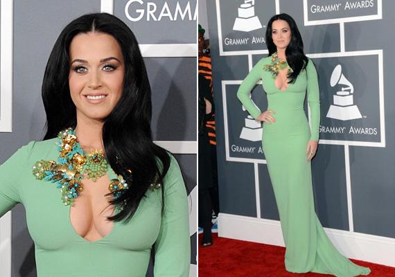 Hasonlóan közönséges, bár Kiménél egy fokkal jobb volt Katy Perry ruhája, melyet a Grammy díjátadón viselt. A szép zöld ruhát nagyon elrontották ezzel a kihívó mellkivágással.