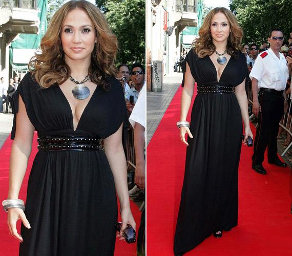 Jennifer Lopez a derékban húzott görögös szabást választotta, a redőzött anyag jótékony hatású hastájékon.