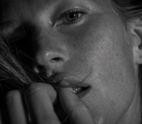 Kevés nő engedné az arcát ilyen közelről fotózni, mint Gisele Bündchen. A modellt a BLK DNM márka múzsájaként fotózták 2013-ban.