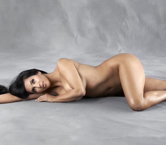 Kim Kardashianről a Harper's Bazaar közölt retusálatlan meztelen fotót 2014-ben. A magazinnak a nőies idomai és önmaga elfogadásáról vallott.