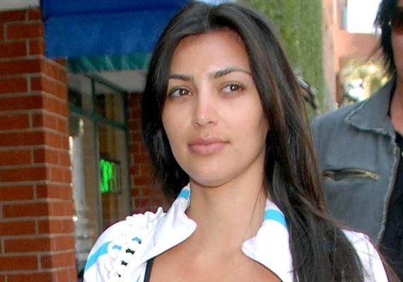Kim Kardashian szereti hangsúlyozni a szemét, de amikor festetlenül lép az utcára, akkor is jól néz ki.