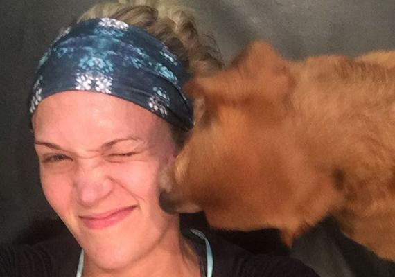 A kép tanúsága szerint Carrie Underwood sem visel sminket a mozgáshoz. Az énekesnő arcán látszik, hogy megizzadt, de bőrhibának nyoma sincs.