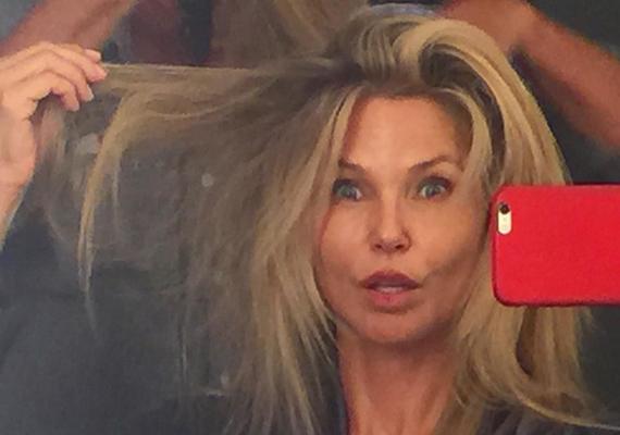 A legendás amerikai modell, Christie Brinkley ezt a megdöbbentő fotót tette fel az Instagram-profiljára. A képen az arckifejezése kicsit furcsa, de nem mondanánk meg, hogy 61 éves.