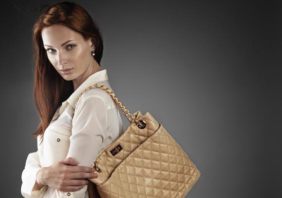 Amennyiben a válladon viseled a táskádat, akkor a praktikumot részesítheted előnyben a mindennapok során, hiszen így szabadon maradnak a kezeid.