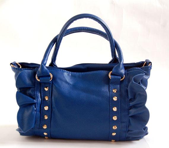 A sötétkék a szezon egyik kedvenc színe, a képen látható táska 2900 forint.