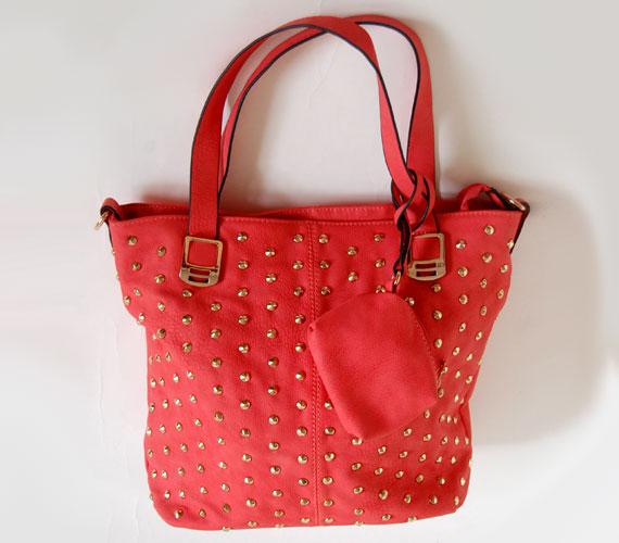 Ebbe a piros táskába sok minden belefér, praktikus, ha az irodába magaddal kell vinni az ebédet, és még egy könyv is van nálad. Ára 4900 forint.