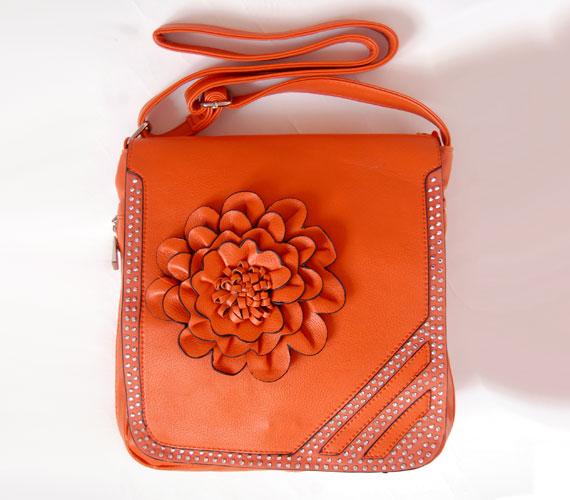Barna kabáthoz remek ez a narancssárga szín, de nem árt, ha a sál vagy a sapka is ebben a meleg színben pompázik. A virágrátétes darab 2900 forint.