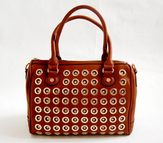 Közepes méretű, fémbetétes barna táska, ami kézbe fogva és karra vetve is elegáns, 5995 forintba kerül.