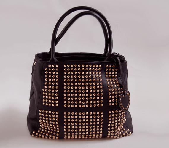 Feltűnő szegecses táska, ami szinte mindenhez megy, de a leginkább egyszerű, monokróm szettekhez. A nagy tatyó 4900 forintba kerül.
