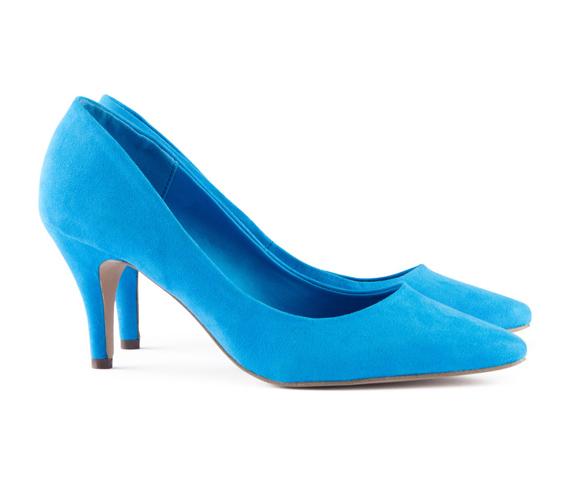 Az élénk színek még mindig a divat középpontjában állnak. Ezt a türkiz cipőt  a H M 57adc58bdd
