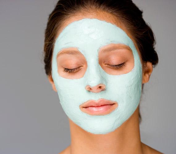 Hosszú téli estéken kényeztesd az arcodat egy kis pakolással. Akár hetente kétszer is feltehetsz egy házi vagy bolti maszkot, így elkerülheted a kiszáradást és a bőr húzódását.