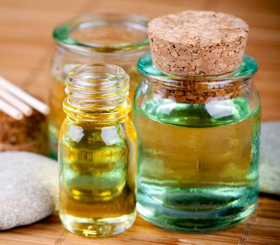 Két csepp tápláló növényi olaj az arckrémbe csodákra képes télen, a mandula-, az argán- és a szőlőmagolaj ápol a legjobban. Egyszerűen keverd a krémedhez, majd hagyd beszívódni a bőrbe. Ez lehet, hogy picit több időt vesz igénybe, de a bőr meghálálja.