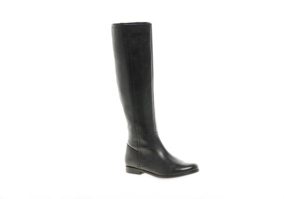 A hagyományos, hosszú szárú fekete csizma szinte kötelező beszerzés, ugyanis mindennel felveheted, ráadásul egészen a térdedig melegíti a lábadat.
