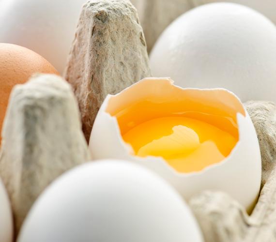 Sissi állítólag a tojássárgájának köszönhette többek közt csodás hajkoronáját. A módszer egyszerű, verd fel a tojások sárgáit, majd kend az egyszer megmosott hajadra, csomagold be folpackba, majd fél óra múlva mosd meg megint samponnal.