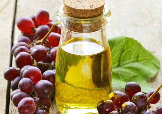 A szőlőmagolaj képes a kollagénszöveteket regenerálni, ezzel is javítva a bőr szerkezetét és rugalmasságát, akár a dekoltázson is.