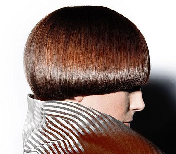 A bob klasszikus, mégis nagyon progresszív fazon, ami remekül mutat a hűvös ellen is védő magas, álló gallérú kabátokkal, zakókkal. A csokoládébarna szín pedig tökéletes választás ehhez a frizurához!