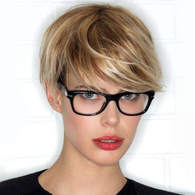 A pixie továbbra is hódít! Ez a frizura kiemeli az arcodat, még akkor is, ha szemüveges vagy. Ezzel egyszerűen nem tudsz hibázni.