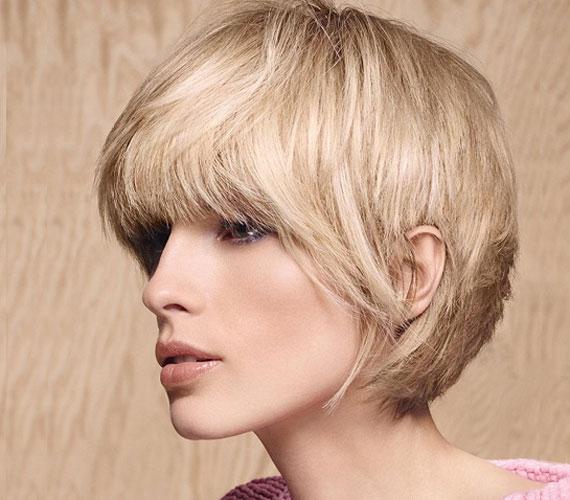 Finoman nőies frizura, amibe mégis belevegyül egy kevés kisfiús játékosság, köszönhetően a szálkássá tett kontúroknak.