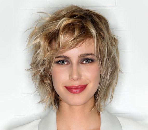 Ha kissé hullámos a hajad, akkor ez a frizura tökéletes választás lehet. És még azt sem fogja észrevenni senki, ha reggel nem volt időd vagy kedved fésülködni.