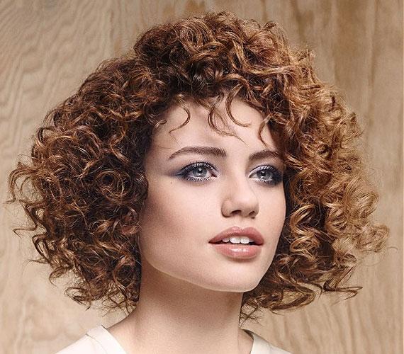 Ha göndör a hajad, akkor egy lépcsőzetesen vágott félhosszú hajjal nemcsak a férfiak, de a nők figyelmét is magadra vonod majd. Csodálni fogják bájos fürtjeidet!