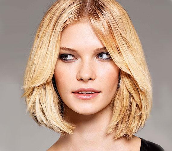 A középen elválasztott, elöl enyhén lépcsőzetes frizurát az egyenes hajúaknak ajánljuk. Ha a tincsek végeit levékonyítja a fodrászod, akkor a formázással sem kell majd sokat bajlódnod, szépen beáll magától a hajad.