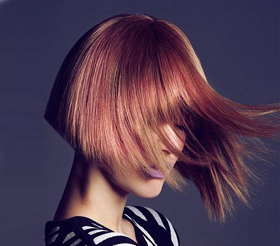 Szögegyenes hajhoz ajánljuk ezt a frufrus Kleopátra-fazont, amely a kis, fitos arcoknak remek karaktert ad.