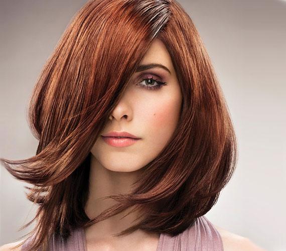 Klasszikus átmenetekkel nyírt frizura, amely lággyá teszi a női arcot. Érdemes valamilyen extra fényt és egy kis színezést is használni, hogy különlegesebbé tedd megjelenésed.