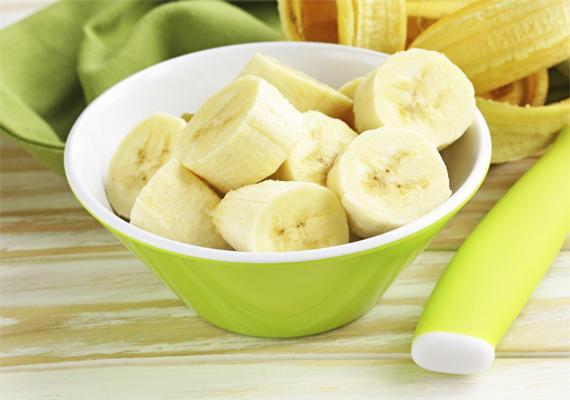 Egy banánt két evőkanál mézzel és annyi vízzel keverj össze, hogy kenhető masszát kapj - mintha csak balzsam lenne. Vidd fel a pakolást nedves hajra, vegyél fel egy zuhanysapkát, és hagyd hatni a krémet 20 percig. Utána mosd meg a hajadat.