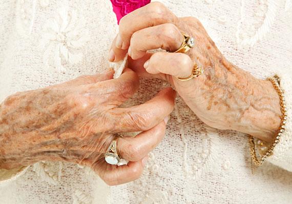 Sok ódivatú gyűrűA túl sok, divatjamúlt ékszer és bizsu viselése is határozottan öregíti a kezeket. Ne ess ebbe a hibába, és fontold meg a kevesebb több aranyszabályát.