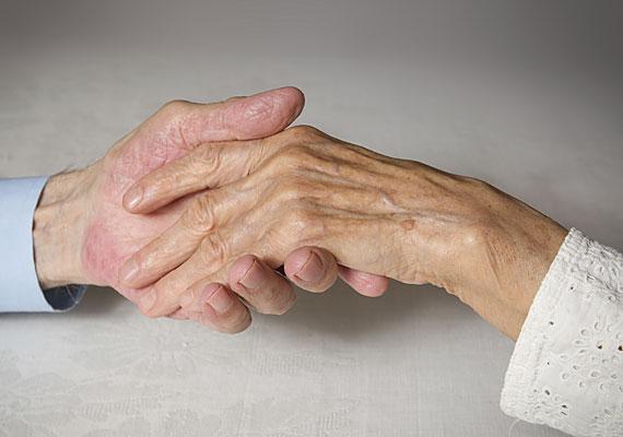 Ráncok és kidagadó erek a kézfejen                         Idővel a bőr ugyan megkerülhetetlenül veszít rugalmasságából, de ennek mértékére azért hatással tudsz lenni. 30 éves kor körül érdemes elkezdeni a ránctalanító kézkrémek használatát, melyek segítenek növelni a bőr kollagéntermelését, gondoskodva ezzel annak telítettségének, feszességének megőrzéséről.