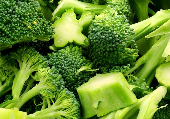 BrokkoliA brokkoli, ahogy más sötétzöld leveles zöldségek is, tele van A- és C-vitaminnal. Ez a két vitamin hozzájárul ahhoz is, hogy a szervezet faggyútermelése optimális legyen, gondoskodva ezzel a fejbőr és a haj természetes hidratáltságának fenntartásáról. Vagyis, ha úgy tetszik, a brokkoli egyfajta balzsamként működik, melyet azonban nem a hajadra kensz, hanem elfogyasztasz.Ráadásul a brokkoli nagyon változatosan készíthető el, így nem lesz nehéz rendszeresen fogyasztani. Nálunk is rengeteg brokkolis receptet találsz, melyeket könnyen elkészíthetsz.