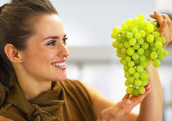 SzőlőA szőlő feszessé teszi a bőrt, illetve selymessé a hajat, gyümölcssavainak köszönhetően pedig élettel telivé, fényessé varázsolja, emellett megújítja a bőrsejteket, így a szőlő egy igazi fiatalító gyümölcs.Ha élvezni szeretnéd áldásos hatásait, akkor érdemes szőlőkúrát tartanod: három hetet javasolnak a tisztítókúrához a szakemberek, melynek során naponta két-három kiló szőlőt ajánlott fogyasztani.Amennyiben ennyi szőlőt nem szeretnél fogyasztani, akkor a magjából készült olajat közvetlen a bőrödre is kenheted, míg a szőlőmagőrleményt úgy érdemes étrendedbe iktatni, hogy naponta 3-5 gramm őrleményt belekeversz joghurtba, müzlibe, turmixba vagy valamilyen italba.