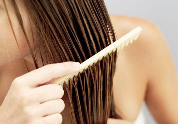 Balzsam és hajvégápolók: csak mértékkel  A hajadnak szüksége van arra, hogy rendszeresen ápold, és gondoskodj a megfelelő hidratáltságáról. Azonban ha túl sok balzsamot, vagy egyéb ápoló készítményt használsz, akkor könnyen elnehezednek a hajszálak, aminek következtében lelapul a hajad.  Ezért csak keveset vigyél csak fel a balzsamból és hajvégápolókból, és inkább a rendszerességre helyezd a hangsúlyt. Így nem fog kiszáradni a hajad és könnyen kifésülhető marad, de nem lapul a fejedhez.