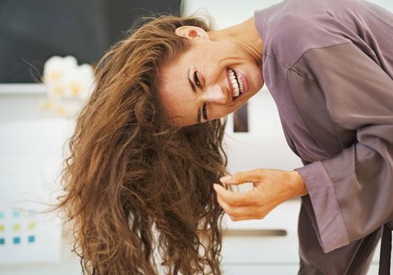 Hajszárítás és a hajlakk                         Biztos te is tudod, hogy ha lefele hajtott fejjel szárítod meg a hajadat, akkor könnyen tudsz volument adni neki. A hatást pedig egy apró trükkel tovább tudod fokozni: miután kikapcsoltad a hajszárítót, fújj egy kevés, nem túl erős hajlakkot a hajadra és várj fél percet - ennyi idő kell ugyanis a lakknak, hogy hasson. Csak ezután dobd hátra a hajadat.