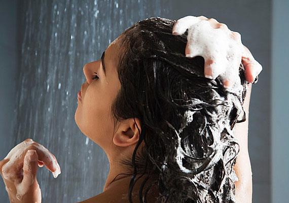 Hajmosás: csak óvatosan                         Ne használj 2 az 1-ben samponokat, mert a lelapuló hajnak szüksége van arra, hogy teljesen megtisztuljon hajmosáskor a krémes adalékoktól, és fel tudjon lélegezni.                         Az sem jó megoldás, ha túl sokat mosod a hajad, mert akkor a saját, természetes zsírosságától fosztod meg, ami segít abban, hogy hajad egészséges lehessen. Igyekezz tehát optimalizálni a hajmosások gyakoriságát, és válassz kímélő, szimpla samponokat.
