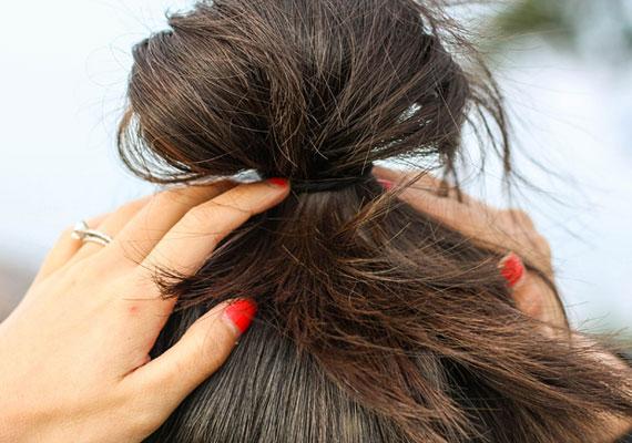 Alvás közben is tehetsz a hajadértHa elég hosszú a hajad ahhoz, hogy összefogd egy copfba a fejtetőn, vagy kontyként tűzd fel, akkor megéri időnként így aludnod. Reggel felkeléskor már látni is fogod a hatást.