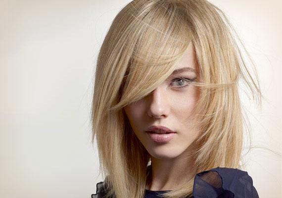 Változatos választék                         Ne ugyanott válaszd el mindig a hajadat, mert a hajhagymák hozzászoknak, és automatikusan beállnak. Érdemes időnként máshol elválasztani a frizurád - meglátod, ez azonnali segítség lesz a hajadnak.