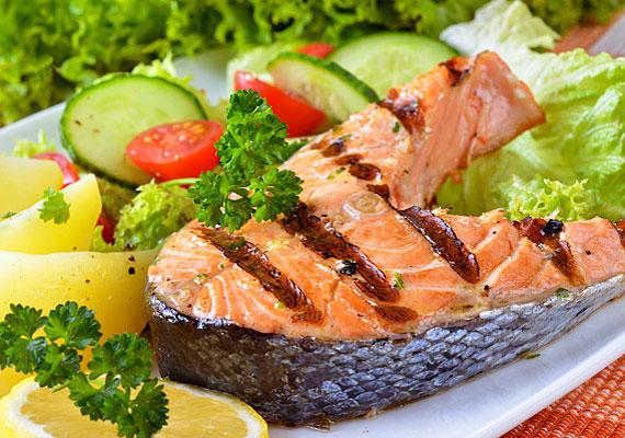 F-vitamin                         Az F-vitaminra, azaz a telítetlen zsírsavakra is azért van szüksége a szervezetnek, hogy a sejtek nedvességtartalma optimális legyen. Hiányában a bőr kiszárad, súlyosabb esetben ez akár ekcémát is okozhat. Továbbá a bőrszövet sejtjeinek regenerálódásában is nagy szerepet játszik.                         Természetes forrásai: búzacsíra, lenmag-, napraforgóolaj, szőlőmag, kukorica, diófélék és tengeri halak.