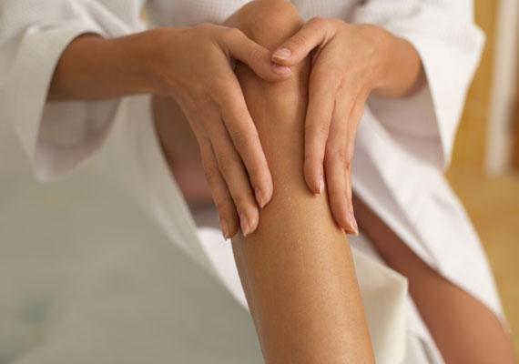 Borotvahab helyett bevett szokás a tusfürdő vagy akár a szappan használata szőrtelenítés előtt. Most viszont érdemes ugyanezt vékony réteg testápolóval is kipróbálnod. Pihe-puha bőr lesz a végeredmény.