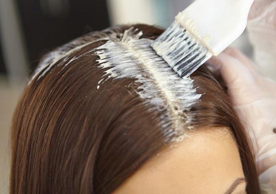 Minden hajfestés előtt ajánlott egy zsírosabb krémet vékony rétegben felkenned a hajtövek és a fül környékére. Erre a célra egy sűrűbb állagú testápolót is választhatsz. Megakadályozza, hogy a festék befogja a bőrödet, sokkal könnyebben el tudod távolítani azt.