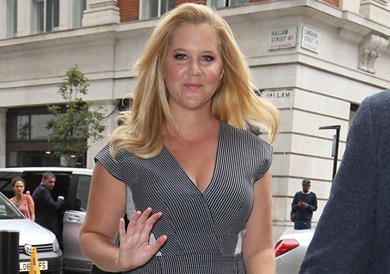 Amy Schumer odafigyel magára, ennek ellenére akadnak kritizálói. A Daily Mail cikke éppen arról szól, milyen jól állt neki a képen látható ruha, egyes kommentelők mégis lekövérezték, illetve egy másik sztár, Brandi Glanville kövér megfelelőjének titulálták.