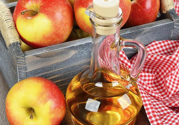Az almaecet segítségével nemcsak a méreganyagoktól szabadulhatsz meg, hanem a bőröd is puhább lesz.                         Egy kis tálkában keverj össze egy evőkanál almaecetet negyedcsészényi testápolóval, kend fel oda, ahonnan fogyni szeretnél, és tekerd be folpackkal. Legalább hat órát hagyd fenn, de akár egész éjjelre is.