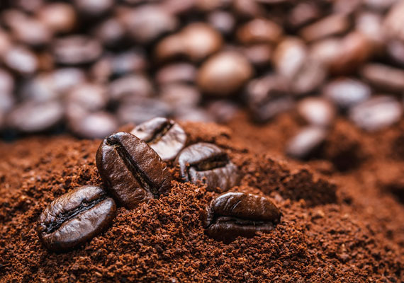 A koffeintartalmú kávé köztudottan serkenti a vérellátást, megküzdhetsz vele a narancsbőrrel is.                         A következő recepthez fél csésze zaccra lesz szükséged. A legjobb, ha még meleg, ebben az állapotában adj hozzá két evőkanál olívaolajat. A keverékkel legalább 20-30 percre tekerd be a problémás területet, mielőtt lemosod.