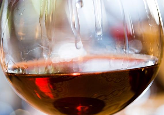 Ha alkoholt fogyasztasz, az a szemedet halottabbnak mutatja, ami a fényképen látszik a legjobban. Troy Jensen sminkmester ezért azt ajánlja, hogy ha fényképezkedsz, akkor kerüld a szeszes italokat.