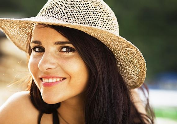 A sztárok stylistja, Mimi Dorsey azt tanácsolja, hogy emeld fel és told előre az arcodat, amikor fényképeznek, így vékonyabbnak tűnik majd az arcszerkezeted, és az esetleges toka sem látszik.