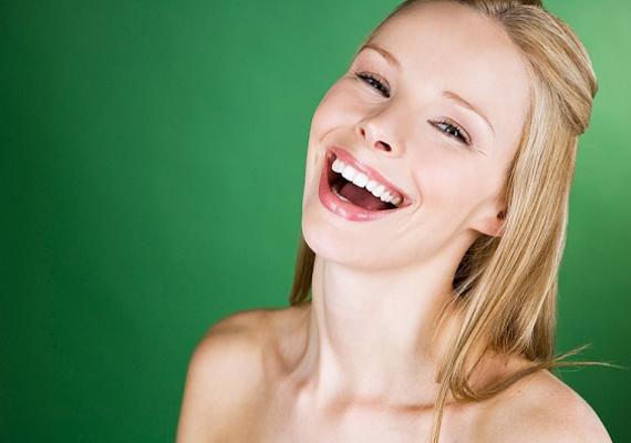 Mire az a bizonyos kismadár elrepül, addigra az arcodon az izmok úgy megfeszülnek, hogy vigyor helyett vicsorba torzulnak. Ezért Patti Wood testbeszédszakértő azt ajánlja, ha fényképeznek, mondd azt, hogy cheese vagy money, ettől elernyednek az izmok, és sokkal természetesebb lesz a mosoly.