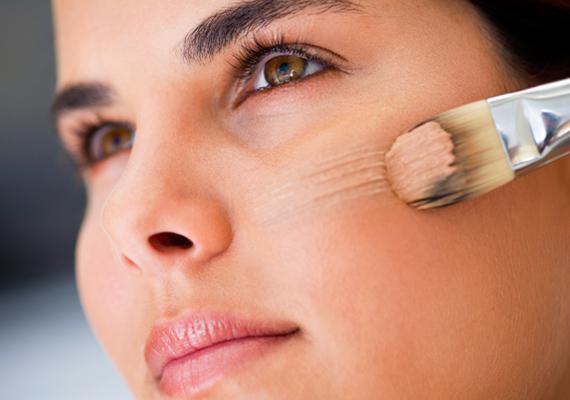 Mindig olyan alapozót válassz, ami matt hatású, így nem fog csillogni az arcod. Ugyanakkor arra is ügyelj, hogy ne szárítsa ki a bőrödet, vagyis keresd az arany középutat.
