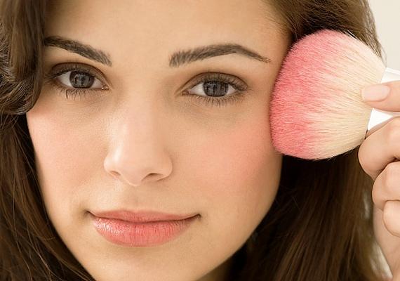 Sonia Kashuk sminkmester szerint fontos, hogy a nappali smink üdeséget és frissességet árasszon. A szemeidet a barna valamelyik árnyalatával emeld ki a természetesség érdekében, a szádra pedig az ajkaid színével megegyező rúzst használj. Végül pedig a pirosításról se feledkezz meg!