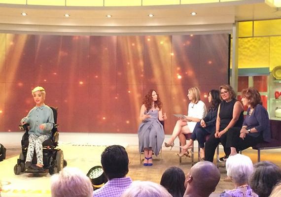Jillian nemcsak magazinokban, kifutókon vállal szereplést, hanem a televízióban is. Itt éppen az amerikai ABC csatorna The View, vagyis Nézőpont című beszélgetős műsorába hívták meg.