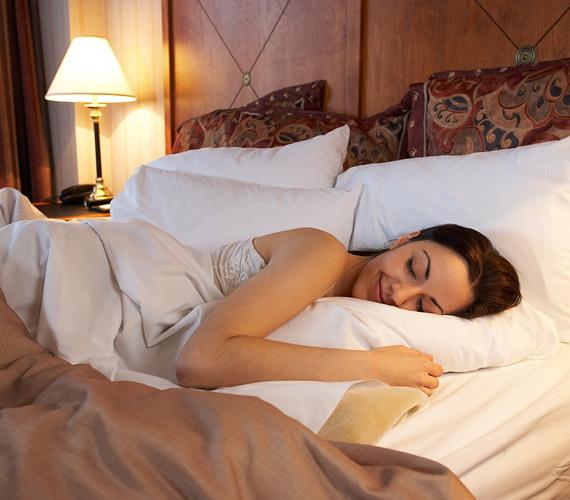 Bár nehéz, próbálj nem hason aludni, így ugyanis összegyűröd a bőrödet. Ezekből a kis gyűrődésekből évekkel később ráncok válnak.